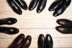 De schoenen van verschillende leermensen op houten achtergrond Stock Foto's