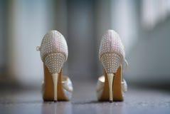 De schoenen van vrouwen met fijne nagel en met schitteren stock fotografie