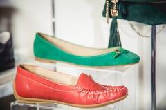 De schoenen van vrouwen op de plank Stock Fotografie
