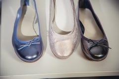 De schoenen van vrouwen op de plank in de winkelverkoop Stock Fotografie