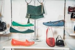 De schoenen van vrouwen op de plank in de winkelverkoop Stock Foto