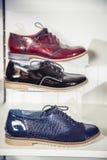 De schoenen van vrouwen op de plank in de winkelverkoop Stock Afbeeldingen