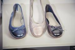 De schoenen van vrouwen op de plank in de winkelverkoop Royalty-vrije Stock Afbeelding