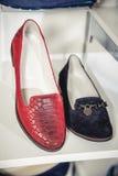 De schoenen van vrouwen op de plank in de winkelverkoop Stock Foto's