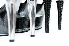 De schoenen van vrouwen op hoge geïsoleerdew hielen Stock Afbeeldingen