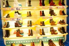 De schoenen van vrouwen worden verkocht in de opslagvertoning Royalty-vrije Stock Foto's