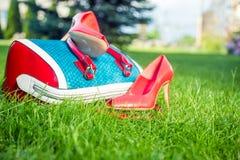 De schoenen van vrouwen zijn op de zak, de zomerschoenen van vrouwen stock afbeeldingen