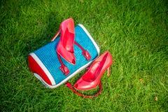 De schoenen van vrouwen zijn op de zak en ter plaatse, de zomerschoenen van vrouwen royalty-vrije stock foto