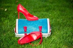 De schoenen van vrouwen zijn op de zak en ter plaatse, de zomerschoenen van vrouwen stock foto's