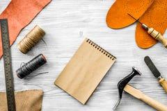 De schoenmaker neemt orde Notebok op grijs houten bureau achtergrond hoogste meningsmodel royalty-vrije stock fotografie