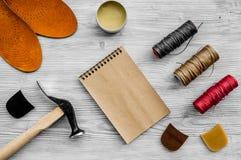 De schoenmaker neemt orde Notebok op grijs houten bureau achtergrond hoogste meningsmodel stock afbeeldingen