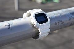 De schok beschermde elektronisch horloge met origineel pakket stock foto's