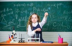 De scholier bestudeert chemische vloeistoffen De les van de schoolchemie Reageerbuizen met substanties formeel onderwijs toekomst royalty-vrije stock fotografie