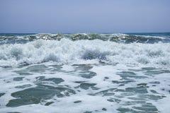 De schommelende golven van het Middellandse-Zeegebied op het mooie strand Valencia in de de zomer zonnige dag Royalty-vrije Stock Fotografie
