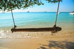 De schommeling hangt op tropisch strand Stock Foto