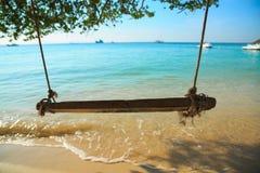 De schommeling hangt op tropisch strand Stock Afbeelding