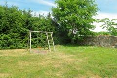 De schommeling van kinderen die in groen park wordt geplaatst Ecobinnenplaats stock foto