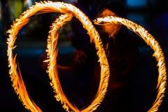 De Schommelings de brand die van branddansers dansen toont de brand jugglin van de dansmens toont Royalty-vrije Stock Foto's