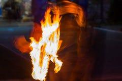 De Schommelings de brand die van branddansers dansen toont de brand jugglin van de dansmens toont Royalty-vrije Stock Fotografie