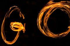 De Schommelings de brand die van branddansers dansen toont de brand jugglin van de dansmens toont Royalty-vrije Stock Foto