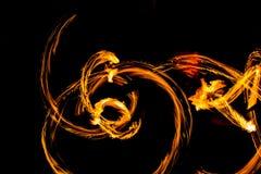 De Schommelings de brand die van branddansers dansen toont de brand jugglin van de dansmens toont Stock Afbeelding