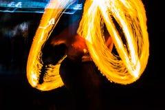 De Schommelings de brand die van branddansers dansen toont de brand jugglin van de dansmens toont Stock Afbeeldingen