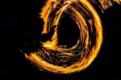 De Schommelings de brand die van branddansers dansen toont de brand jugglin van de dansmens toont Stock Fotografie