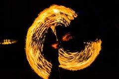 De Schommelings de brand die van branddansers dansen toont de brand jugglin van de dansmens toont Stock Foto's