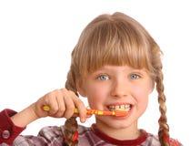 De schone borstel van het kind zijn tanden. royalty-vrije stock afbeelding