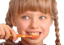 De schone borstel van het kind zijn tanden. Royalty-vrije Stock Foto's