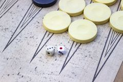 De schone spruit van dobbelt van backgammon onder schoon licht met spelstenen stock foto's