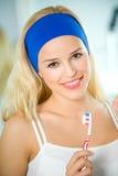 De schone tanden van de vrouw in badkamers Royalty-vrije Stock Foto