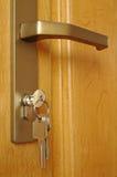 De schoof van sleutels wordt opgenomen in een sleutelgat royalty-vrije stock foto
