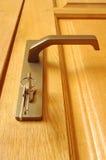 De schoof van sleutels wordt opgenomen in een sleutelgat royalty-vrije stock afbeelding