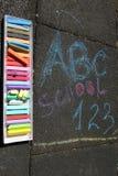 De school, ABC en 123 zuchten geschreven met gekleurd krijt op een bestrating Het trekken terug naar school op een asfalt en vaka Royalty-vrije Stock Fotografie