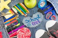 De school is koel teken met creatieve het leren voorwerpen Stock Afbeeldingen