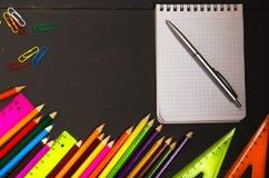 De school levert potlood, pen, heerser, driehoek op bordbac royalty-vrije stock foto's
