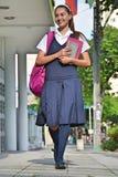 De School van Studententeenager walking to royalty-vrije stock afbeeldingen