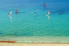 De school van Windsurfing met gemakkelijke beginnende bank Royalty-vrije Stock Foto's