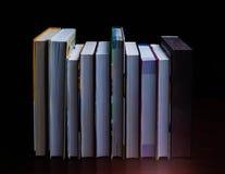 De schoolboeken op bureau, onderwijsconcept, leiden, technologie, kat, plons op Stock Fotografie
