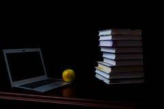De schoolboeken op bureau, onderwijsconcept, leiden, technologie, kat, plons op Royalty-vrije Stock Fotografie