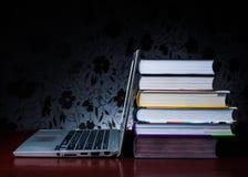 De schoolboeken op bureau, onderwijsconcept, leiden, technologie, kat, plons op Royalty-vrije Stock Foto's