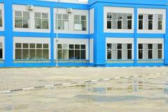De schoolbouw en parkeerterrein Royalty-vrije Stock Fotografie