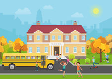 De schoolbouw met kinderen in werf en gele busvoorzijde School en Onderwijs vectorillustratie Stock Afbeeldingen
