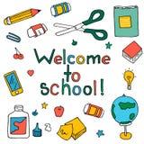 De schoolelementen plaatsen: bol, omslagen, kalender, kaart, agenda, potloden, boeken, documenten royalty-vrije illustratie