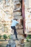 De schooljongen beklimt de niveaus van kennis van boeken Schoollessen Terug naar School royalty-vrije stock foto's