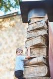De schooljongen beklimt de niveaus van kennis van boeken Schoollessen Terug naar School royalty-vrije stock fotografie