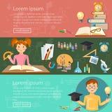 De schooljongen en het schoolmeisje die van onderwijsbanners kennis bestuderen Stock Fotografie