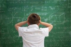 De schooljongen heeft probleem met formules Stock Afbeelding