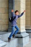 De schooljongen springt Stock Foto's